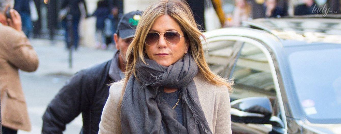 В рваных джинсах и кедах: Дженнифер Энистон подловили на шопинге
