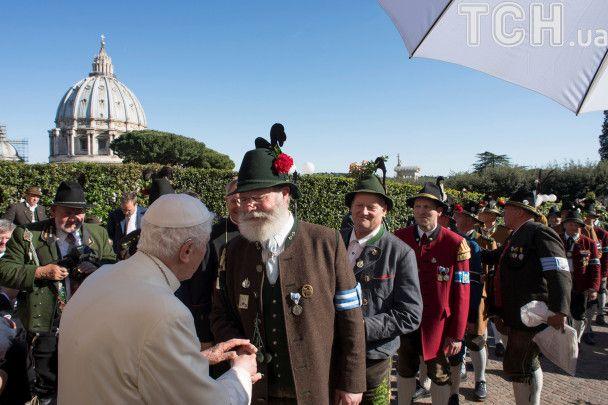 Папа Римський у відставці з пивом та ковбаскою відзначив ювілей