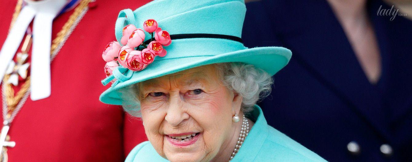 В цветочном платье и ярком пальто: королева Елизавета II в эффектном образе пришла на пасхальную службу