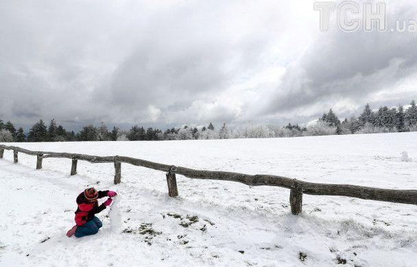 Снеговики в апреле и морозные велопрогулки. Reuters показал заснеженную Германию