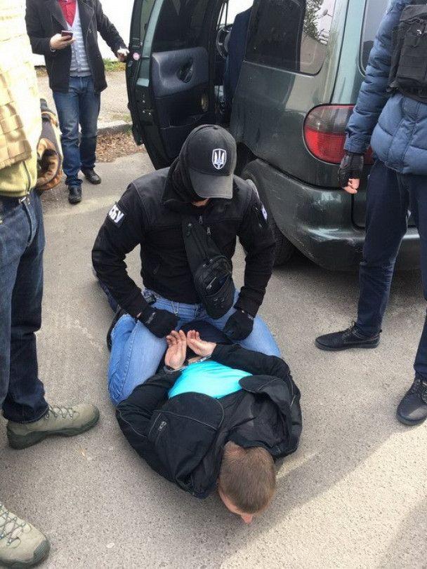 У Києві на хабарі у сто тисяч гривень впіймали слідчого поліції