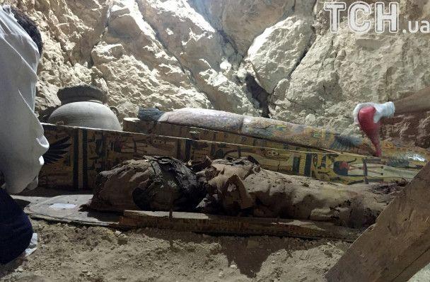 Археологи нашли мумии и сокровищницу артефактов в 3500-летний гробнице в Египте