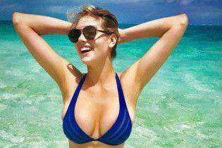 Похудела: Кейт Аптон поделилась с поклонниками ярким фото в купальнике