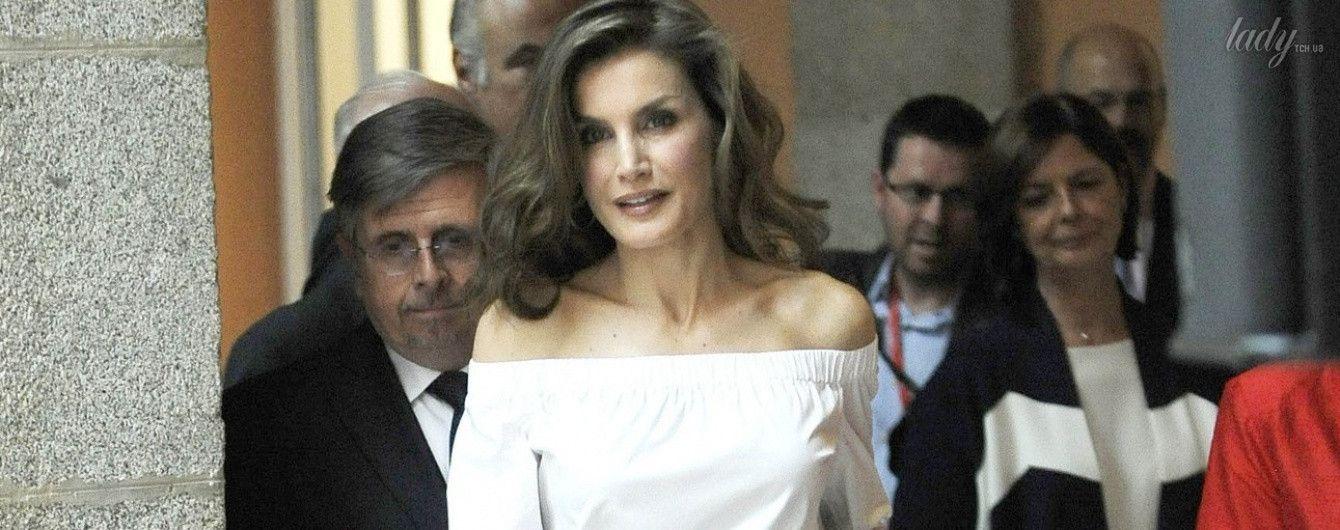 С обнаженными плечами и красивой укладкой: королева Летиция вышла в свет