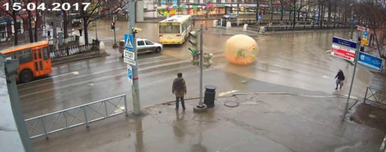 Замість авто: у Пермі на дорогу з машинами викотився екстремал у прозорій кулі