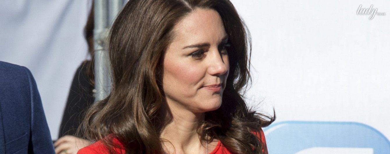 Эффектный выход: герцогиня Кембриджская вышла в свет в красном костюме от Armani
