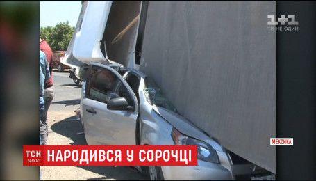 Водитель выжил после того, как на его авто рухнул 20-тонный грузовик