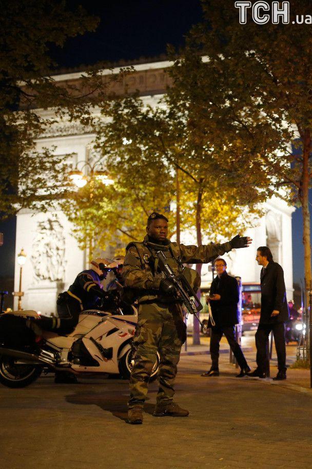 В Париже скончался второй полицейский в результате стрельбы на Елисейских полях - СМИ