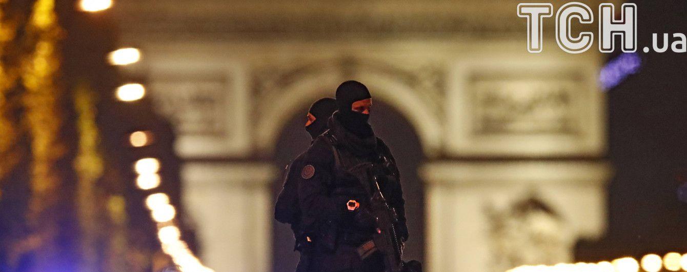 Поліція провела обшук в передмісті Парижа через стрілянину на Єлисейських полях