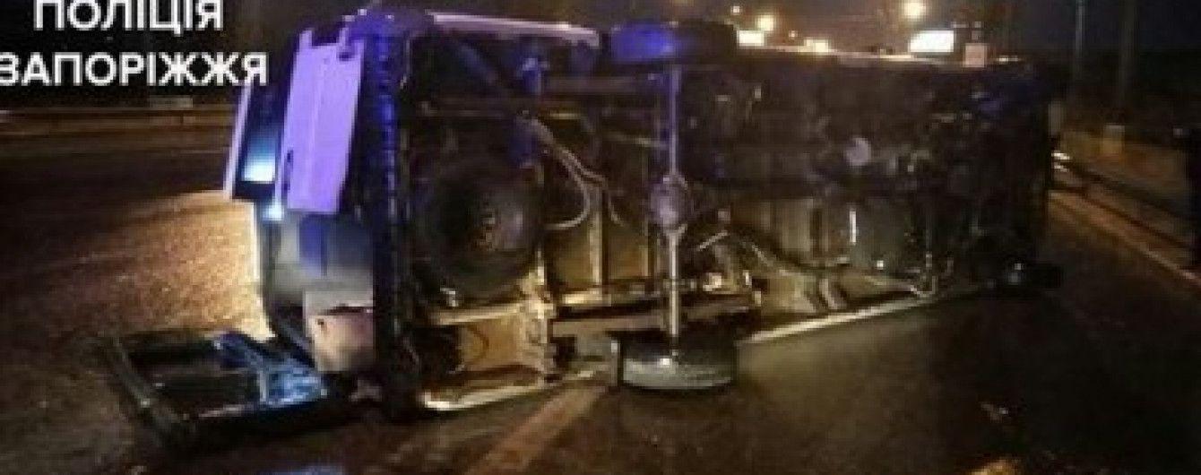 В Запорожье из-за скользкой дороги на дамбе перевернулась маршрутка, есть пострадавшие