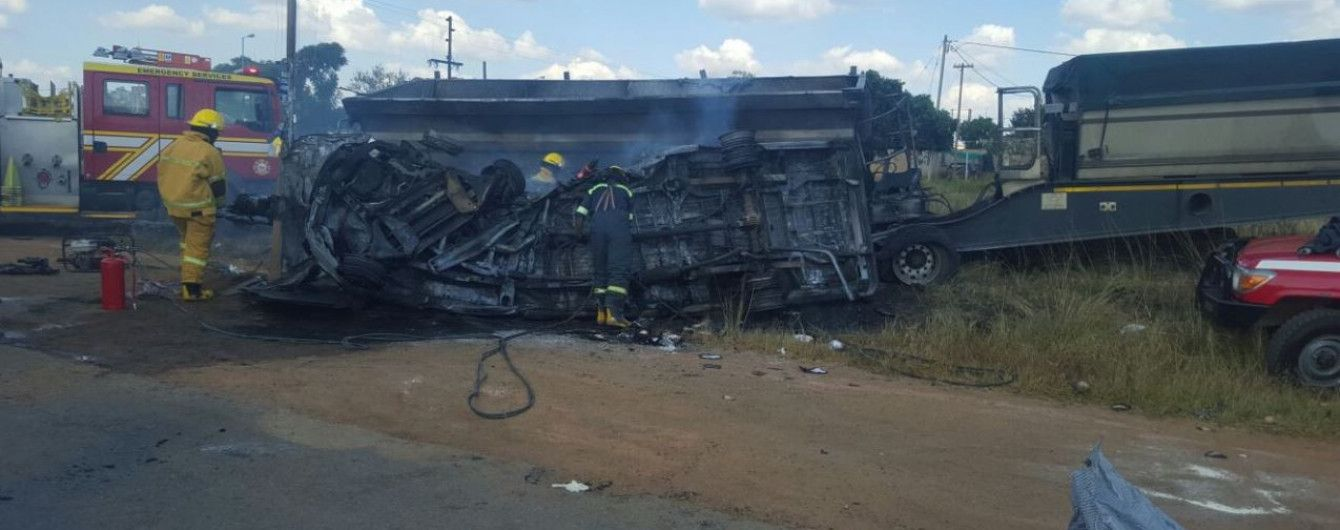 20 школярів загинули внаслідок лобового зіткнення автобуса та вантажівки у ПАР