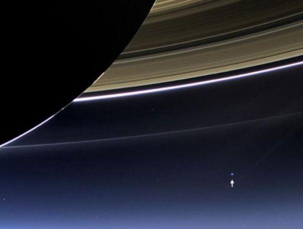 """Космічні """"каблучки"""": NASA показало фото Землі крізь кільця Сатурна"""