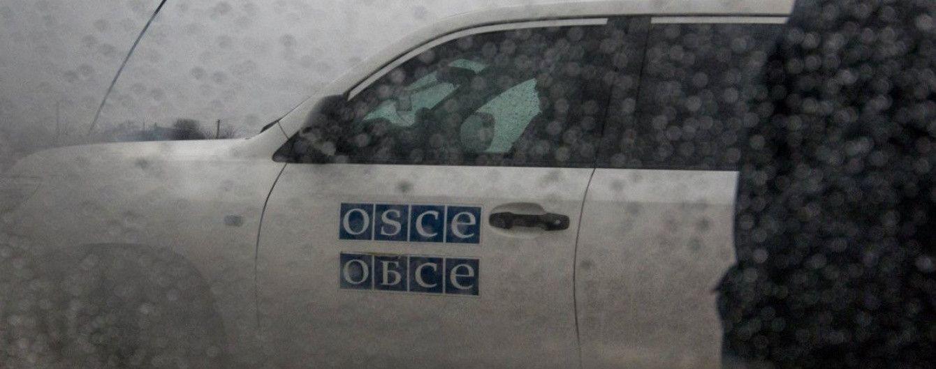 """Боевик """"ДНР"""" выстрелом из автомата отогнал наблюдателей ОБСЕ от своего блокпоста"""