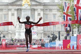 Кенійська бігунка встановила приголомшливий світовий рекорд у марафоні