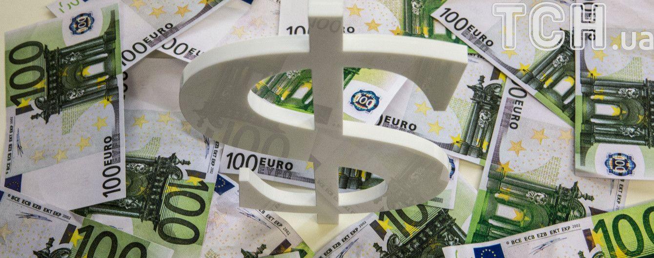 """Доллар продолжает падать, а за ним """"подтянулся"""" и евро"""