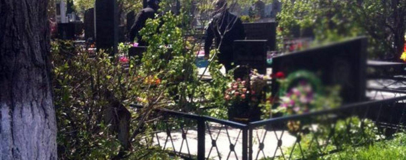 В Днепре запретили огораживать могилы на кладбищах и устанавливать столы