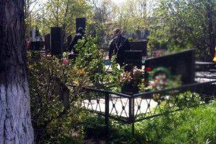 Яма для покойника стала причиной стычки между ритуальщиками и днепрянами