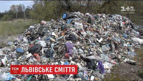 Под Чернобыльской зоной у реки выросли кучи мусора со Львова