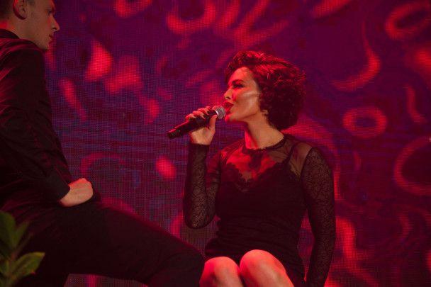 Сексапільна Даша Астаф'єва у фаті заспівала про весілля