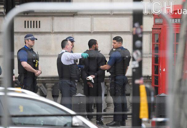 Телефонна будка і ножі. З'явилися фото затримання озброєного чоловіка біля резиденції Мей у Лондоні