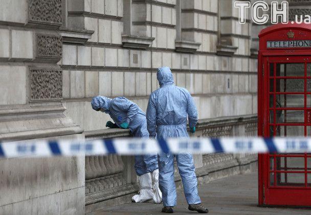 Телефонная будка и ножи. Появились фото задержания вооруженного мужчины у резиденции Мэй в Лондоне