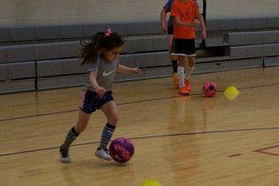 """6-річна футболістка фінтить по-дорослому та """"возить"""" хлопців на тренуваннях"""