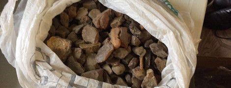 На Львівщині спіймали торгівця бурштином зі 100 кг каменю