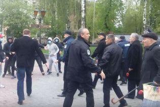 """""""Комуняку – на гілляку!"""" У Вінниці десятки молодиків напали на учасників першотравневого мітингу"""