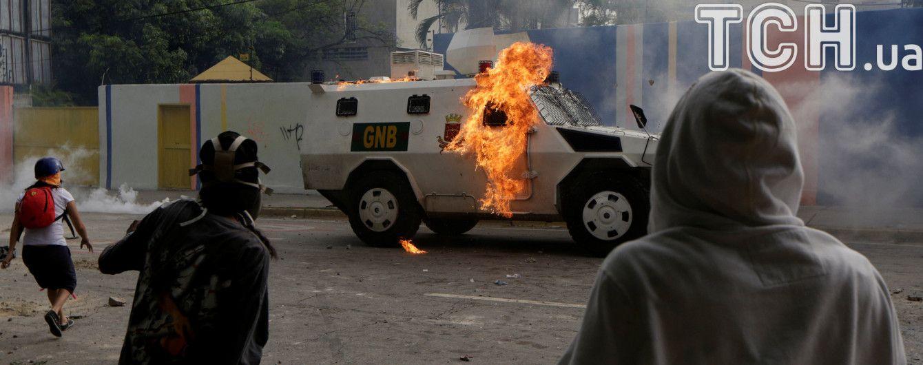 Гарячяя Венесуэла: протестующие повалили памятник экс-президенту