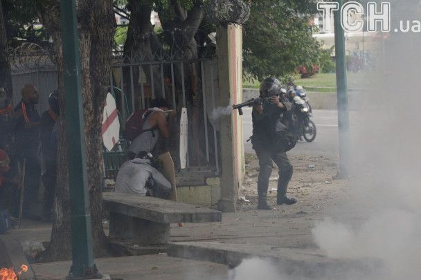 Кровавые столкновения в Венесуэле: полиция убила протестующего подростка