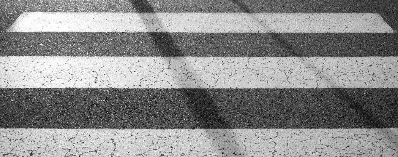 У Харкові водій збив молодика на пішохідному переході, влетів у відбійник та зник