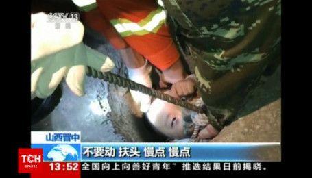 Слепой старик и ребенок провалились в узкий колодец в Китае