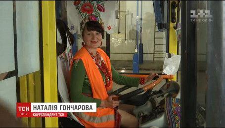 В Інтернеті набирає популярності відео, на якому жінка-водій у вишиванці ремонтує трамвай