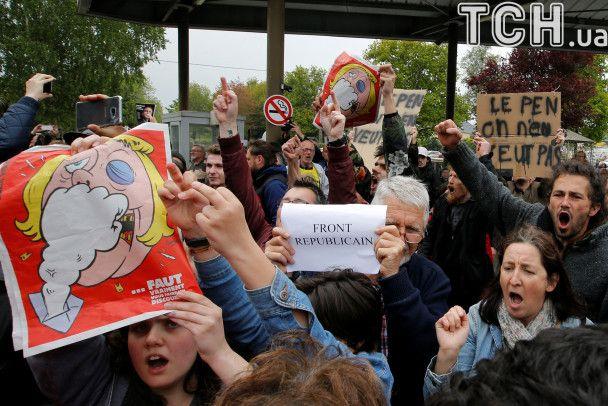 """""""Геть фашизм!"""": у Франції закидали яйцями ультраправу Ле Пен"""