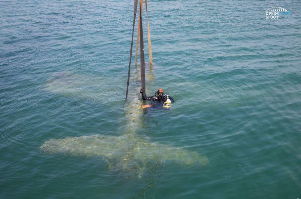 Строители скандального Керченского моста достали из воды истребитель США времен Второй мировой