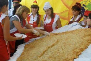 Крымчане приготовили рекордный 100-килограммовый чебурек