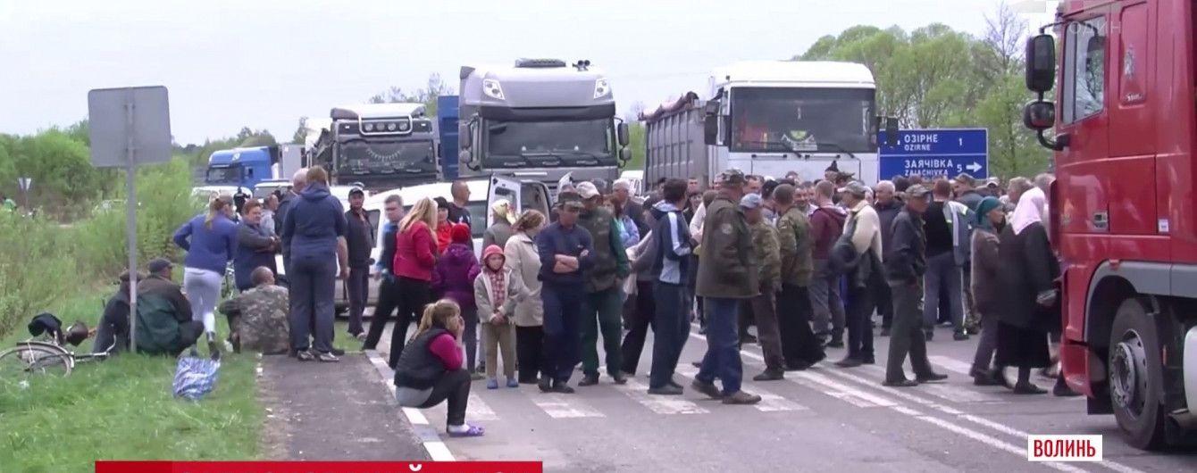 Блокировщики трассы на Волыни пообещали перекрыть еще и железную дорогу
