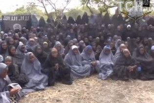 В Нигерии после трехлетнего плена террористы отпустили на свободу 82 школьниц