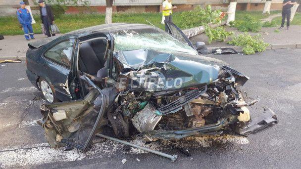 В Киеве водитель подшофе на полной скорости протаранил электроопору