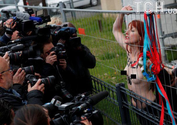 Вибори у Франції: оголені активістки FEMEN протестували біля церкви