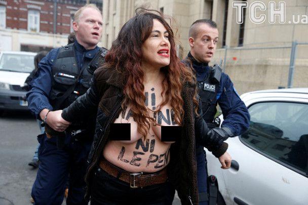 Выборы во Франции: обнаженные активистки FEMEN протестовали возле церкви