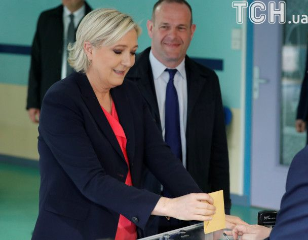 Улыбающаяся Ле Пен и Макрон в толпе поклонников: как голосовали кандидаты в президенты Франции