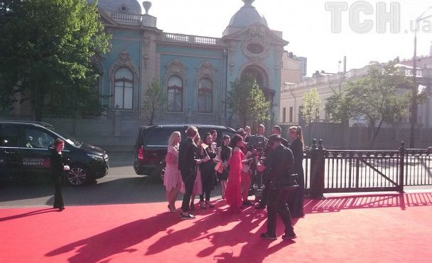 """Перші гості червоної доріжки """"Євробачення-2017"""": азербайджанка з """"конем"""" та яскраві білоруси"""