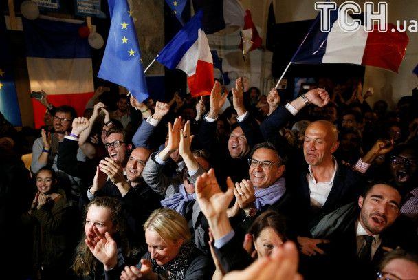 Как сторонники Макрона праздновали победу самого молодого лидера Франции со времен Наполеона