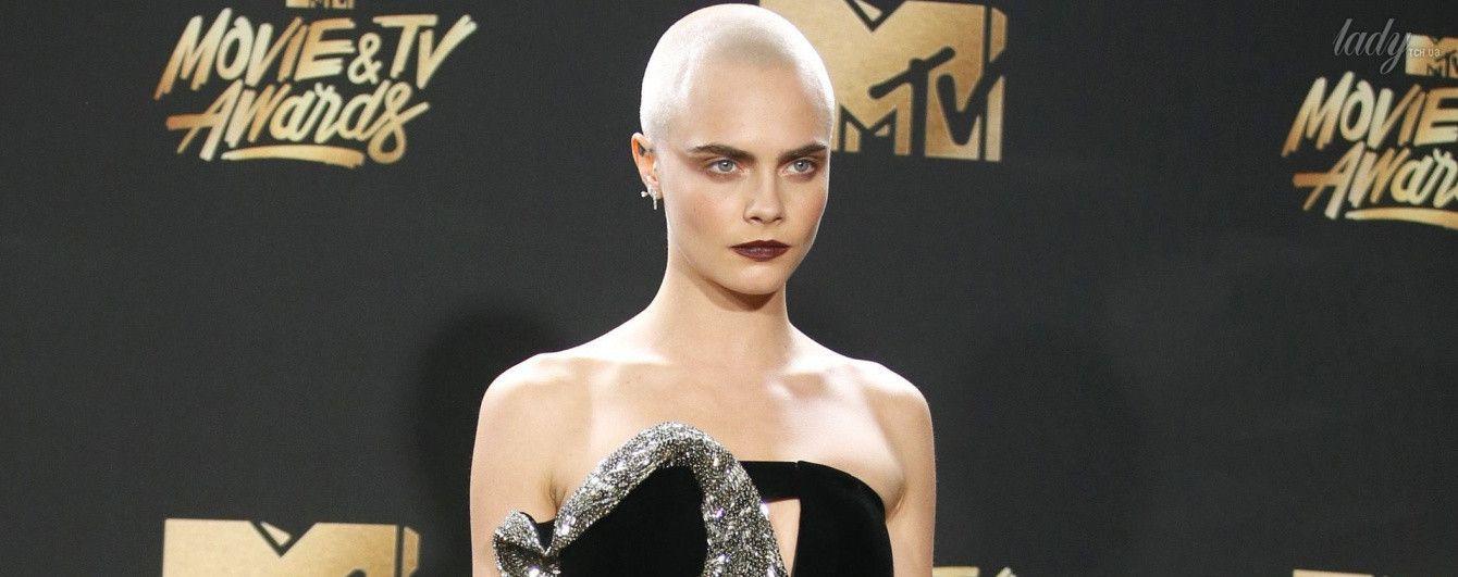 В бархатном мини и ботфортах: Кара Делевинь на церемонии MTV