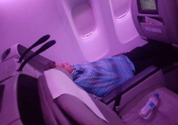 пілот під час рейсу пішов сспати_2