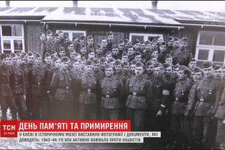 Понад 200 фотографій, військових мап і листів УПА розмістили просто неба в Києві