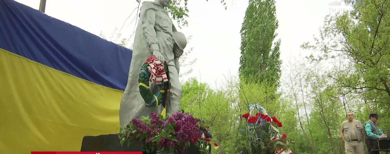 День памяти и примирения в зоне АТО: в Бахмуте вспомнили, как помогали военным в осаде боевиков