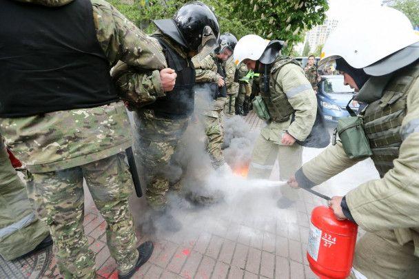 """Штовханина, затримання і димові шашки. Як у Києві відбувається марш """"Безсмертний полк"""""""