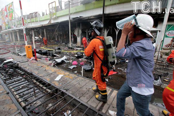 Разбитые авто и пожарные: появились фото последствий взрывов в Таиланде